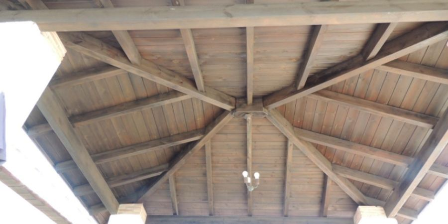 techo de madera hecho con sierras electricas circulares