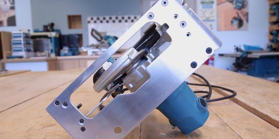 Parte inferior de la HS6601 Makita donde se puede observar su base de aluminio