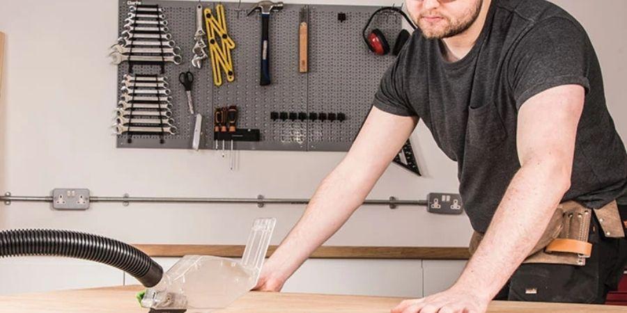 Carpintero trabajando con una sierra marca Evolution