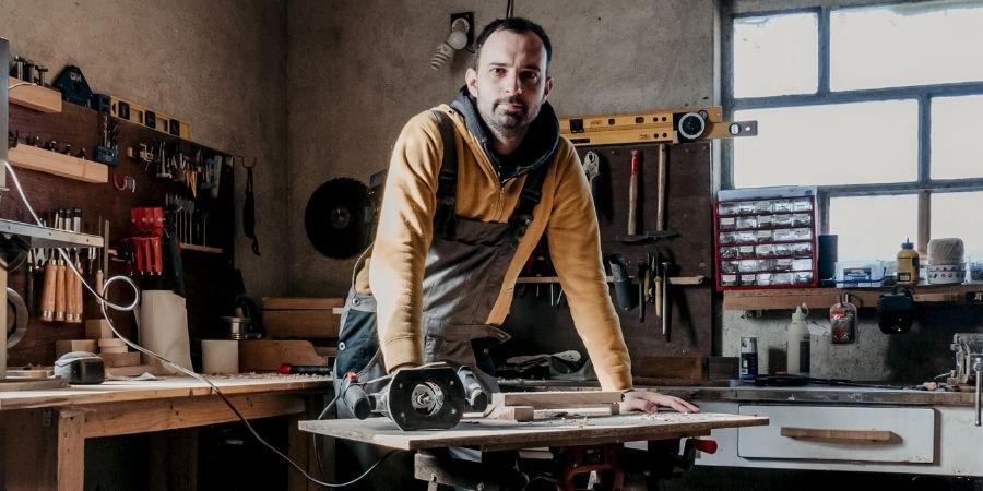 Carpintero en su taller