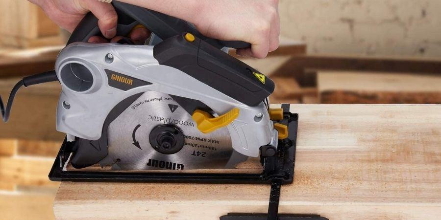 La cortadora Ginour 1500W 4700RPM TPK-PT001 realizando un corte en madera