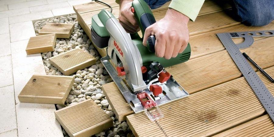 Cortadora PKS 55A Bosch trabajando en madera