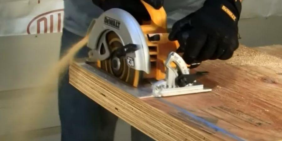 Hombre usando una sierra Circular DWE575K-QS para cortar MDF