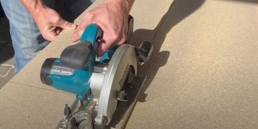 Sierra Eléctrica Circular Makita DSS501Z cortando madera fina
