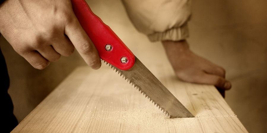 cortando madera con un cuchillo