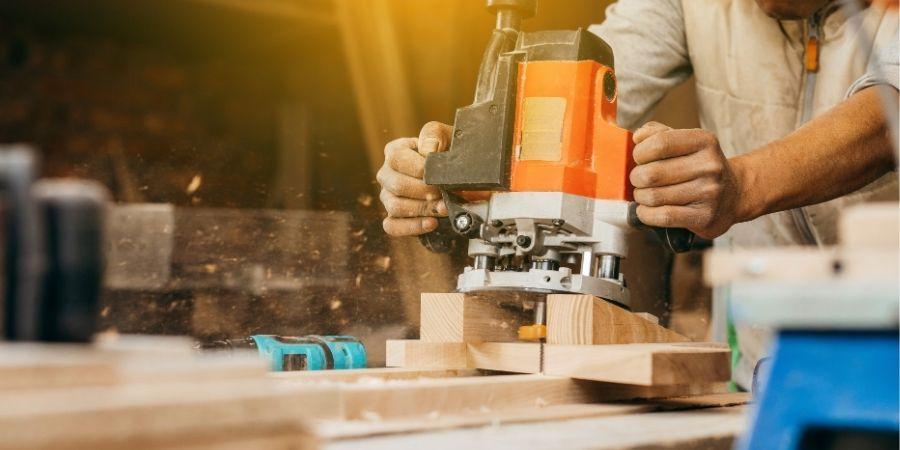 Fresadora perforando madera
