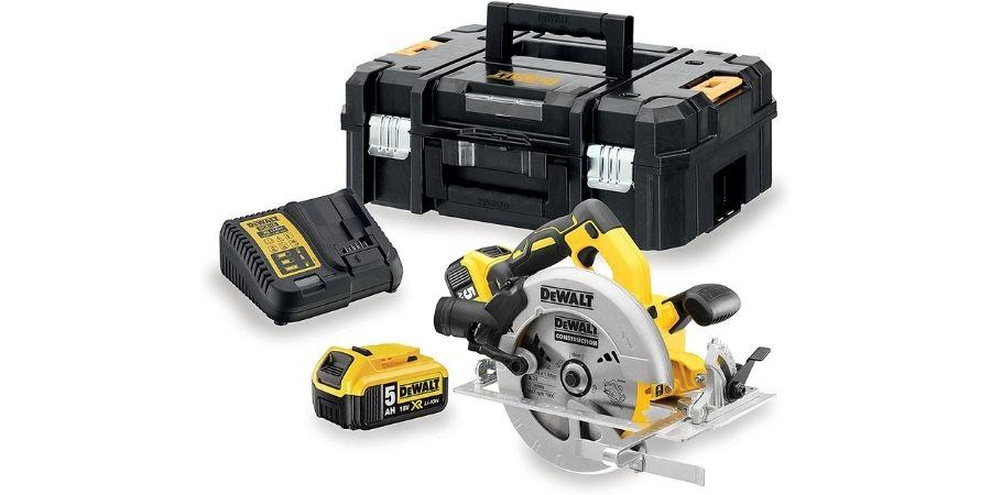 A cortadora dcs570p2- QW trae varios elementos en su estuche