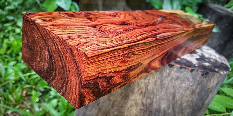 Pieza de madera Dalbergio. Madera usada en famosos instrumentos musicales y es la tercera madera más cara del mundo.