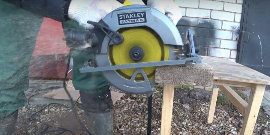 Corte en madera siendo realizado por la Sierra circular manual