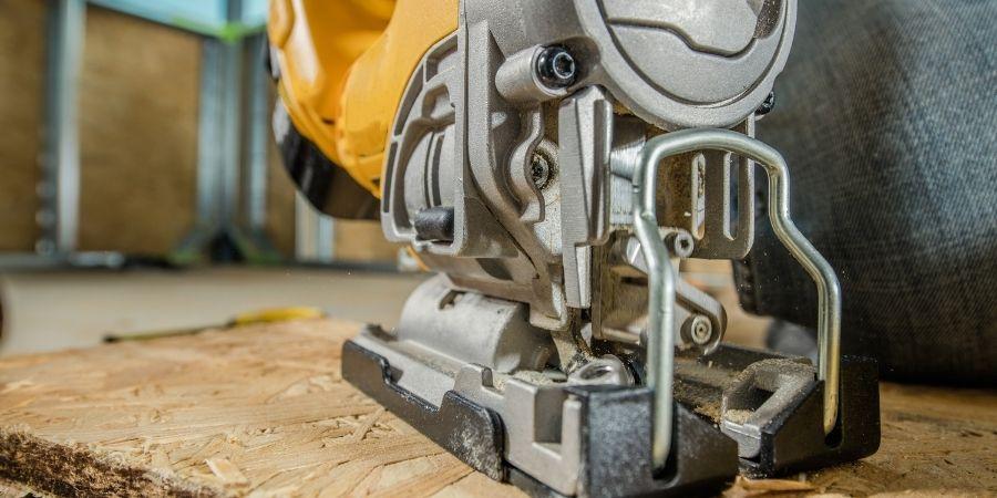 Carpintero empleando el segundo mejor tipo de sierra que se utiliza para cortar MDF