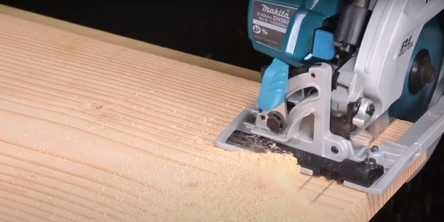 Sierra inalámbrica DHS680TRJ cortando una tabla de madera