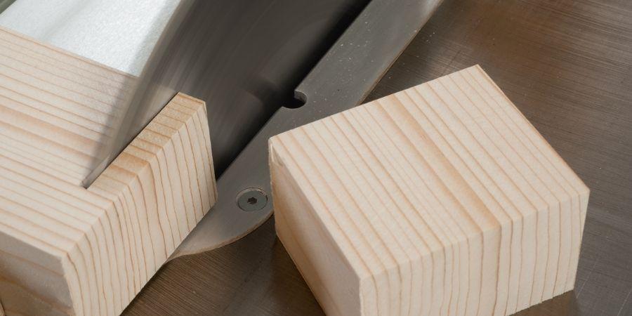 Cubo de MDF siendo cortado en una sierra de mesa