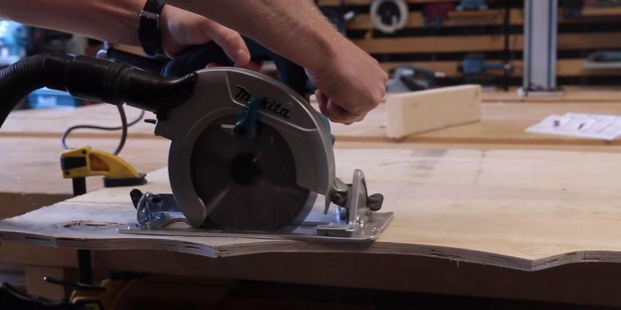 Sierra de mano HS6601J cortando una tabla de madera